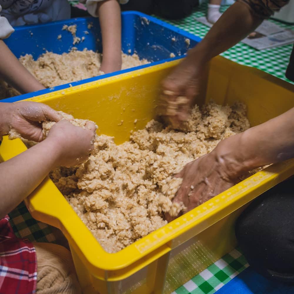 味噌造りの過程麹が全体に混ざるよう耳たぶくらいのやわらかさになるまで練っていきます