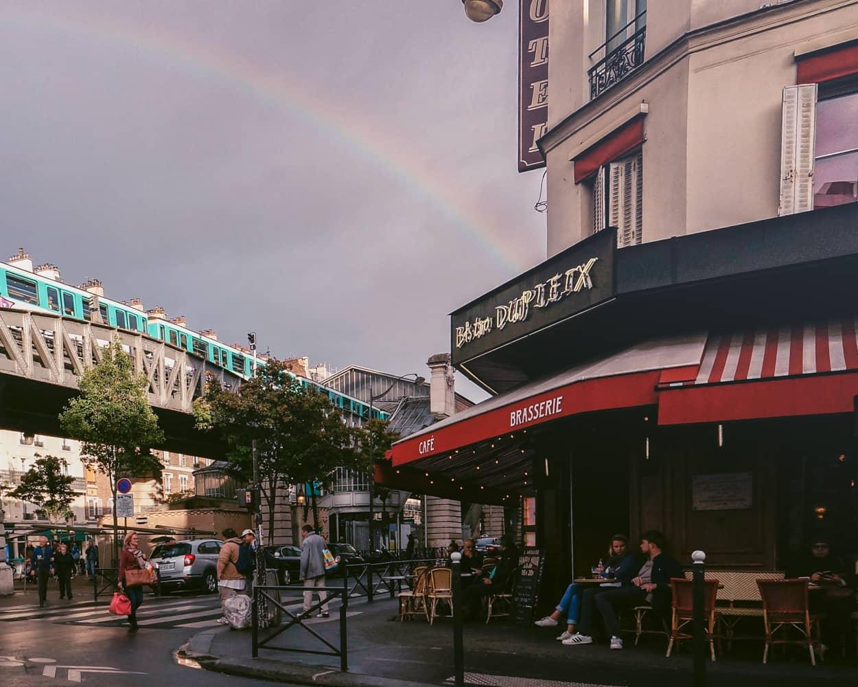 Paris-1 ホテルのすぐ近くのカフェで朝食