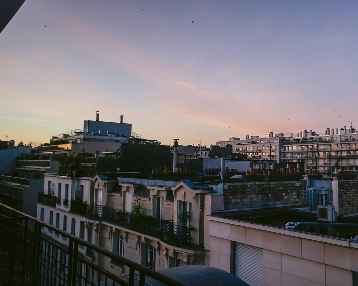 Paris-1 ホテルの部屋から見る朝日